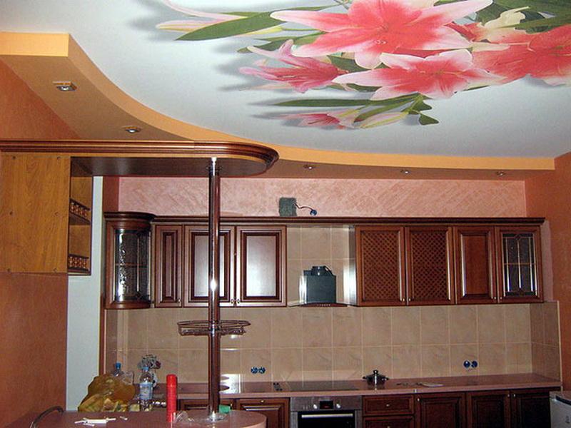 натяжные потолки для кухни с цветами