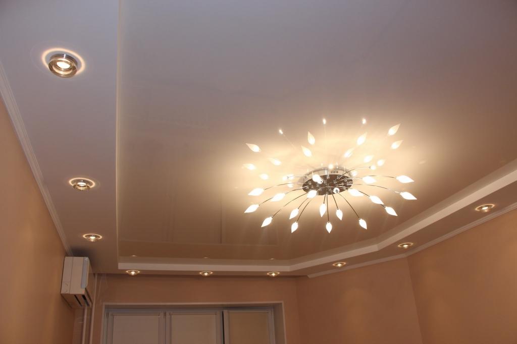 Натяжной потолок с люстрой и светильниками