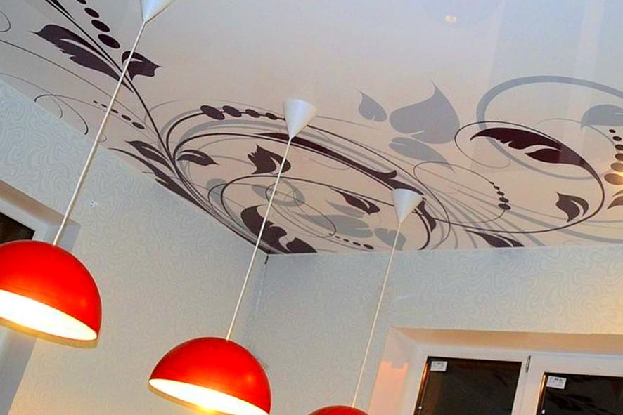 Натяжной потолок с фотопечатью на кухне