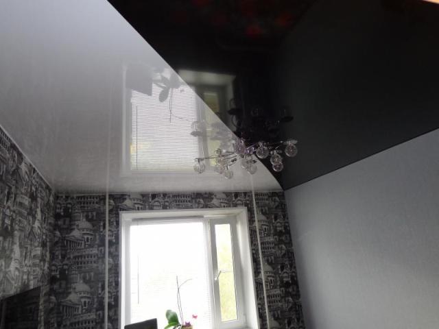 Спайка натяжных потолков двух цветов