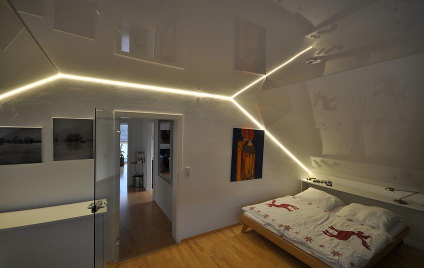 Скошенный натяжной потолок