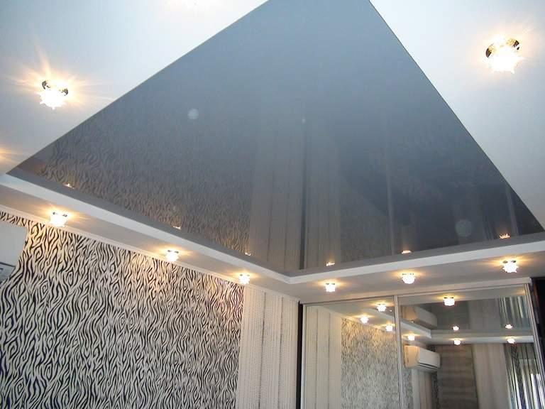 Натяжной потолок серого цвета