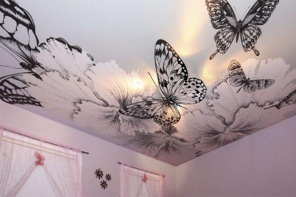 Бабочка на натяжном потолке