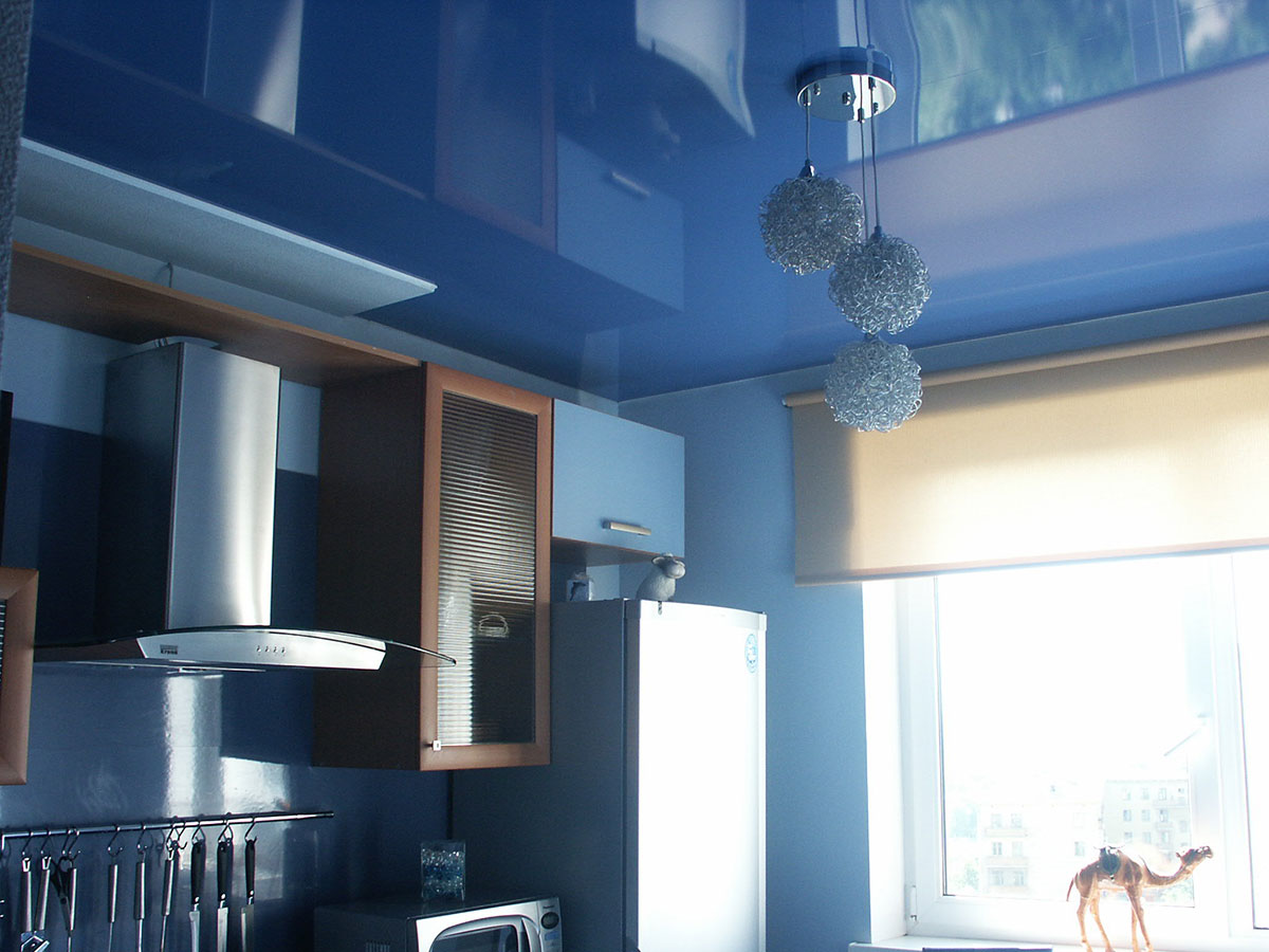 Натяжные потолки в интерьере кухни