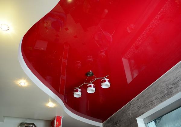 двухуровневый красный потолок